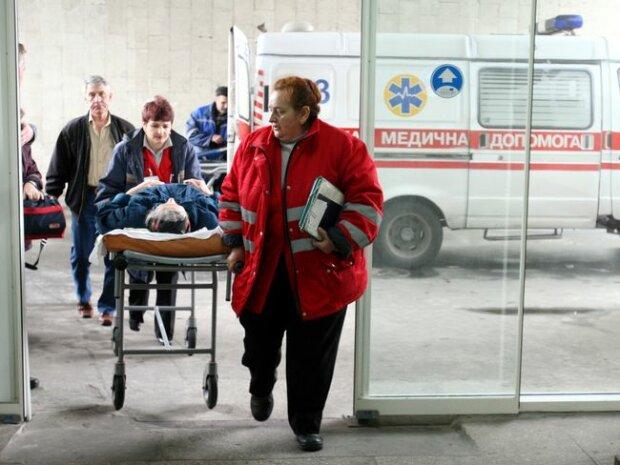 """Медики збилися з ніг: під Івано-Франківськом отруїлися діти, відпочинок закінчився """"на голці"""""""