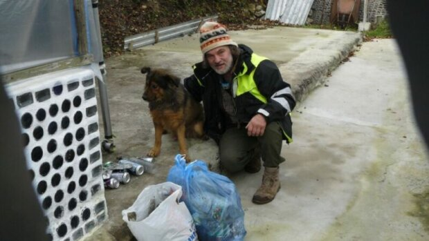 """Тернополянин врятував сліпого пса від смерті в притулку і підкорив собаче серце: """"Прибирає і готує їжу"""""""