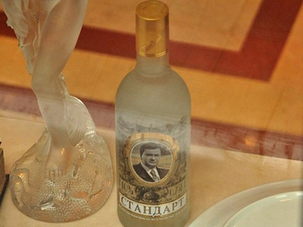 В інтернеті розпродують посуд Януковича