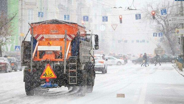 Дочекалися: Київ припорошило першим снігом, - на вулиці вивели спецтехніку