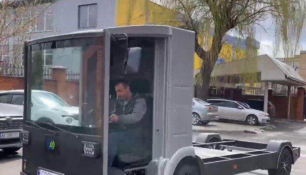 В Україні створили електрокар, кадр з репортажу джедаї: YouTube