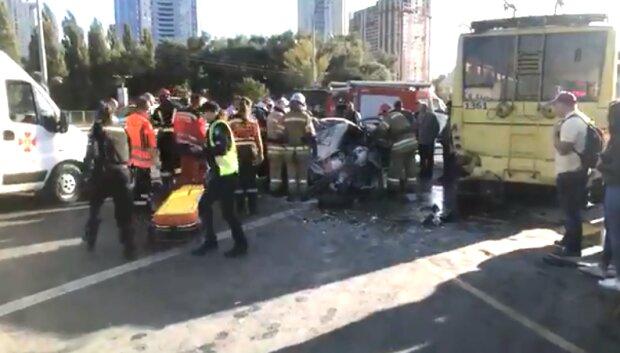 Сплющило від удару: в Києві легковик на шаленій швидкості протаранив тролейбус з людьми