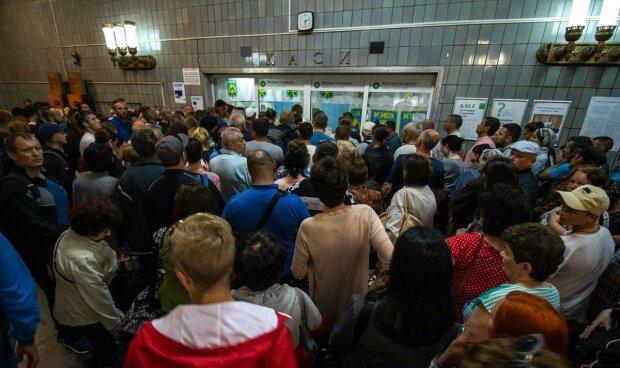 В Киеве резко парализовало метро, давка, ругань и длиннющие очереди: дикие кадры зашквара