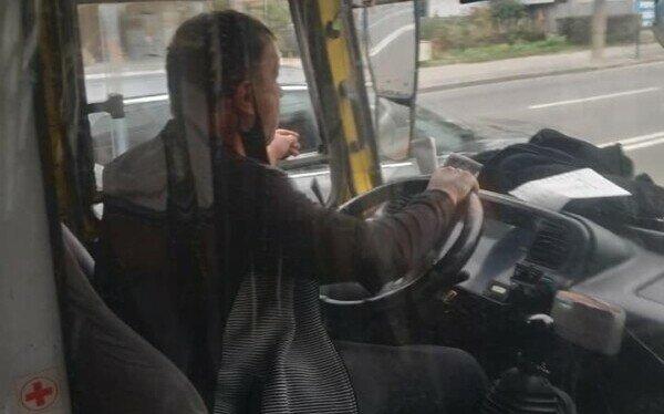 "Тернополян терроризирует маршрутчик с ""короной"" на голове: ""Курит и материт, как сапожник"""
