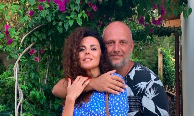 Потап і Настя Каменських привітали українців з Днем закоханих сміливим кадром, сонні і щасливі