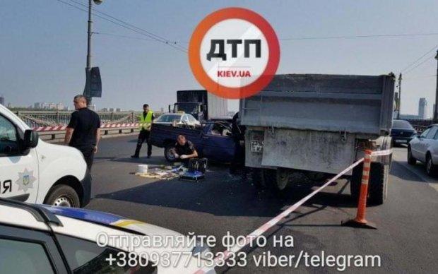 Моторошна ДТП в Києві: розкурочило машину з боєприпасами