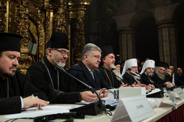 Порошенко наградил трех митрополитов ПЦУ