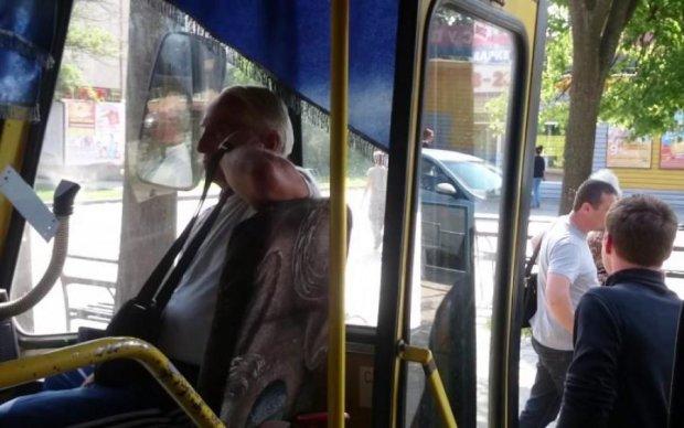 Озвірілий водій напав на дитину в маршрутці: відео