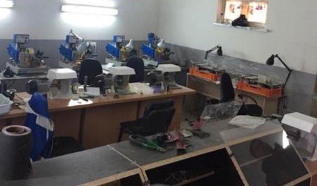 В гаражном кооперативе Киева  обрабатывали 200 кг контрабандного янтаря (видео)