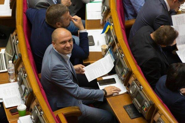 """Слуга народу впав у дитинство в Раді перед носом Разумкова: заняття завадило """"вершити долю"""" країни"""