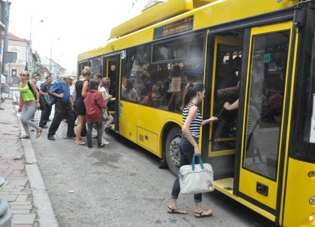 """В Запорожье появился """"безрогий"""" троллейбус, уже катаются: что известно о ноу-хау"""