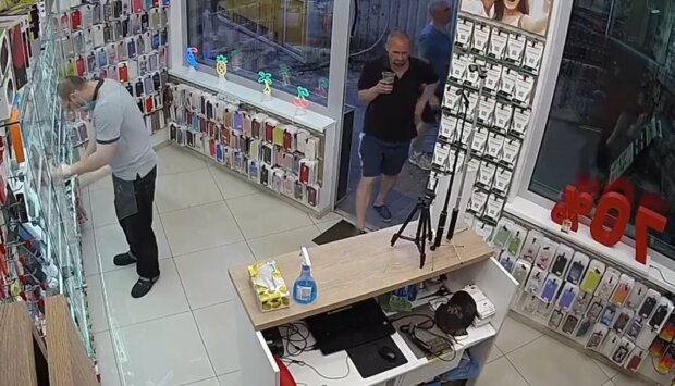У Києві злодій пограбував магазин гаджетів і навіть встиг випити кави - нахабну витівку спіймала камера