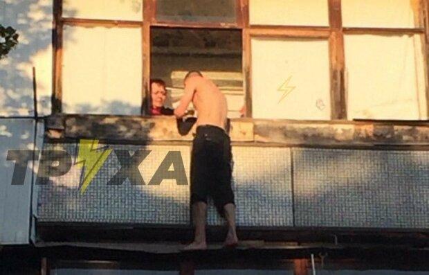 В Харькове наркоман повис на балконном карнизе - уговаривали всем домом