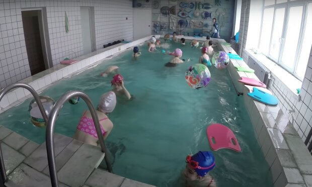 бассейн, скриншот из видео