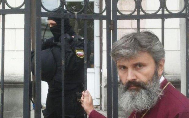 Оккупанты разграбили украинский храм и побили архиепископа
