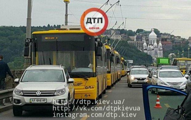 У Києві зупинилися тролейбуси через серйозну аварію
