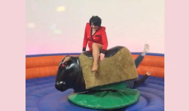 """Лолита в красном экстра-мини оседлала быка: """"У меня была мечта"""""""