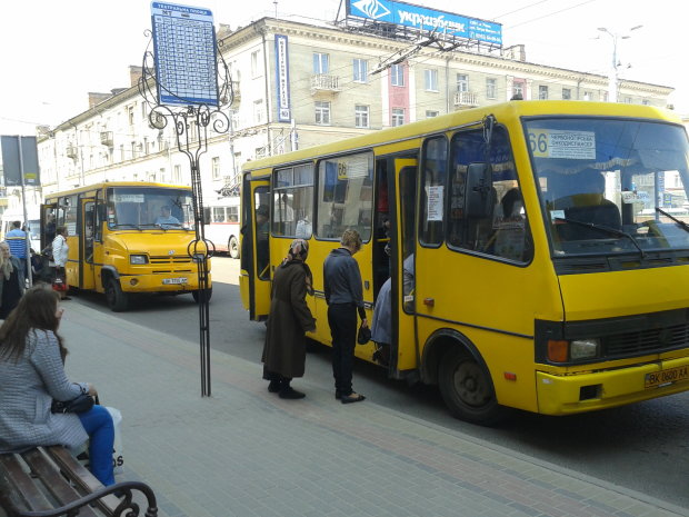 Скорая не успела: загадочная смерть женщины в маршрутке оставила украинцам массу вопросов