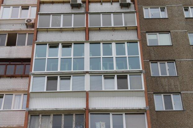 240 глаз: на балконе у киевлянина поселились дикие твари, спрятались в мебель и под обои