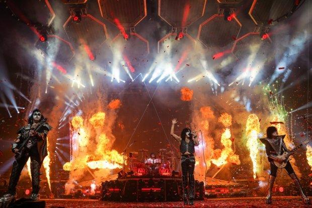Легендарные KISS зажгли в Киеве: старый добрый rock n roll подорвал тысячи, - мощное видео