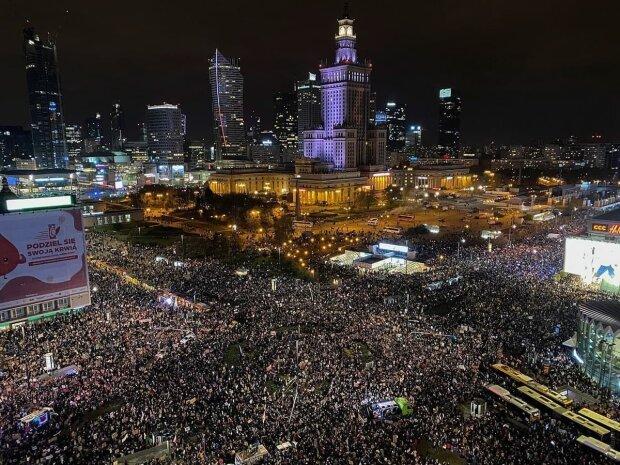 """В Польше многотысячные митинги за аборты переросли в стычки с полицией: """"Это означает войну"""""""