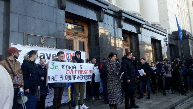 На Банковой толпа разгневанных украинцев зовет Зеленского на жесткий разговор, первые кадры