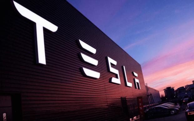 """""""Сонячний"""" дах із зарядкою для е-мобілів від  Tesla вже опалює перший будинок"""