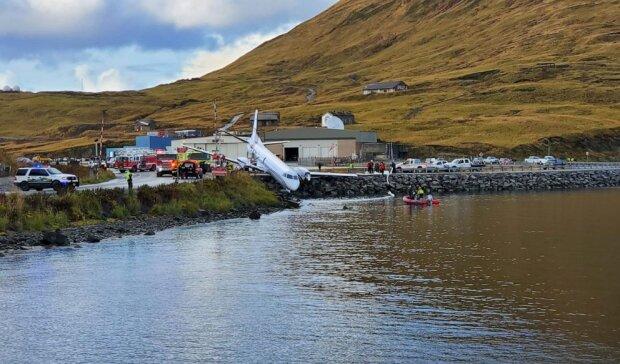 Аварійна посадка літака мало не забрала життя десятка людей: авіалайнер повис над водою, фото