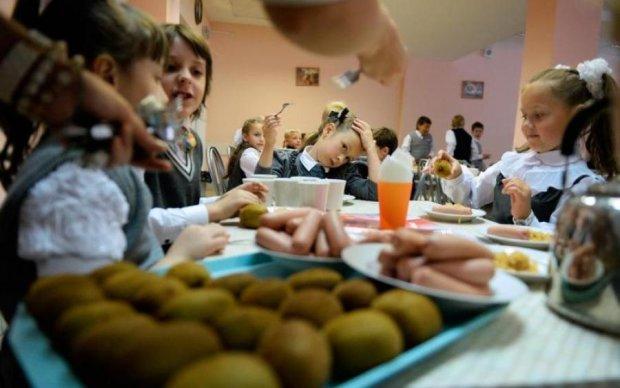 """Нет слов: в сети показали чиновника, которого """"объедают"""" школьники"""