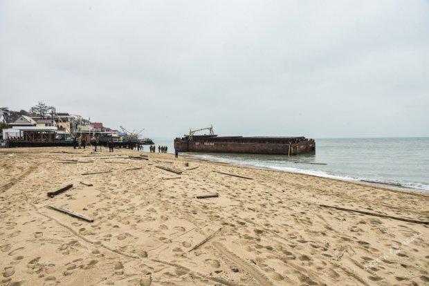 Баржа с контрабандными сигаретами растрощила одесский пляж