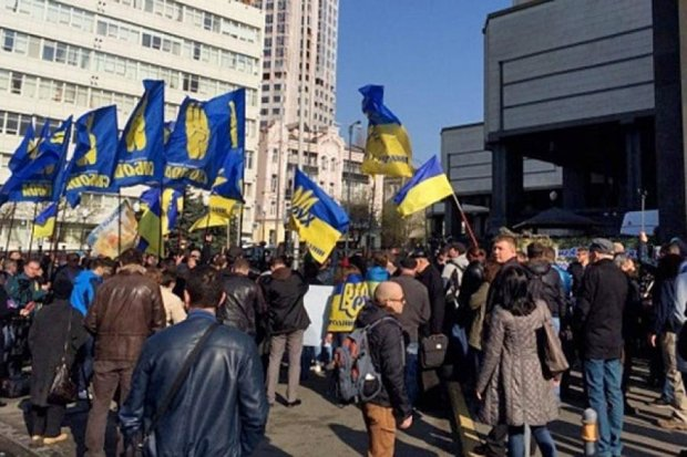 Автомайдан пікетує Конституційний суд (фото)