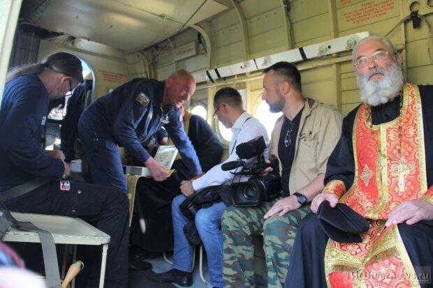Священики РПЦ на літаку-храмі виганяли з росіян алко-бісів літрами води: фото дивної акції