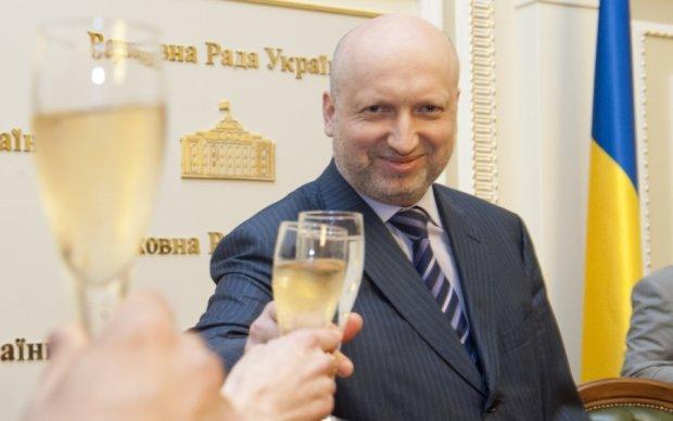 Пастор гуляет: Турчинов отметил 53 года и задекларировал 2 миллиона