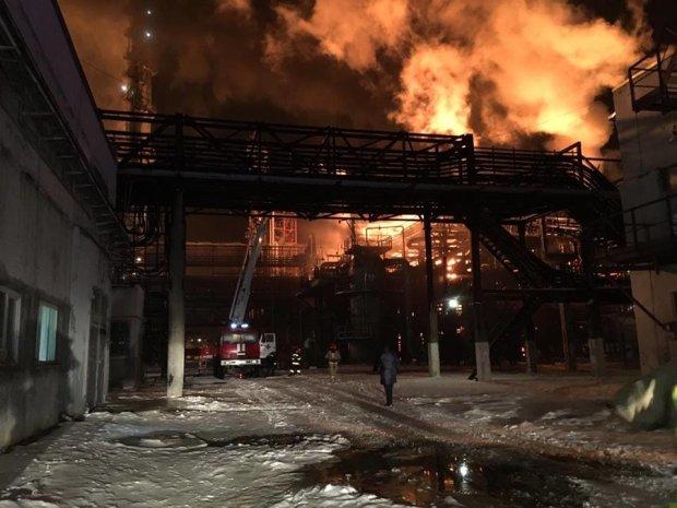 Крупнейший украинский завод охватило пламя: спасатели работают в усиленном режиме, черный дым висит над городом
