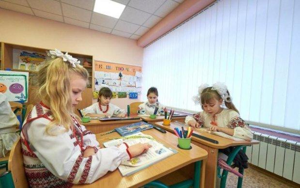 """Нема книг, парт та іншого приладдя: """"нова"""" українська школа зустріне дітей-по старому, батьки вкрай розлючені і вимагають пояснень"""