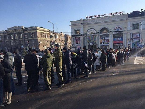 """Як мешканці Донецька """"тужили"""" за Гіві під дулами автоматів"""