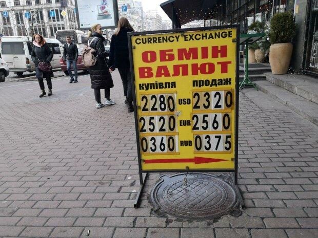Курс валют сьогодні роз'ятрить душу українцям: гривня, долар і євро влаштують скажені гонки