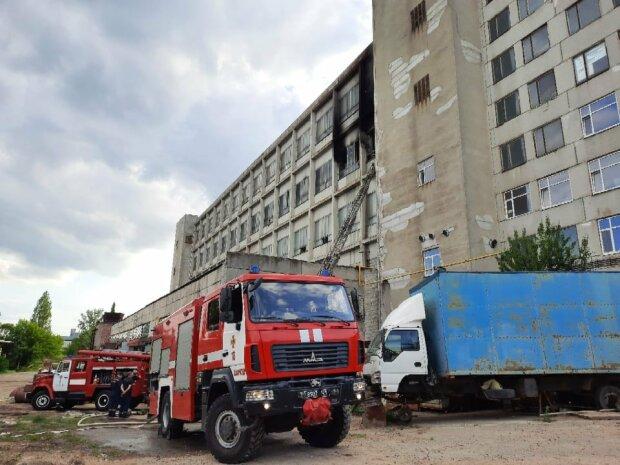 В Харькове на предприятии вспыхнул пожар: кадры с места ЧП