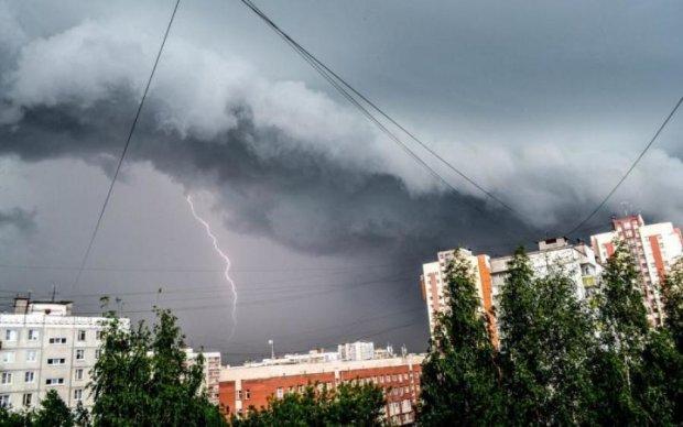 Бурхлива стихія занурила десятки українських міст у темряву