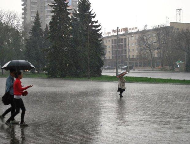 Зливи та заморозки до 5 градусів: погода в червні перетворить життя українців на справжній хоррор