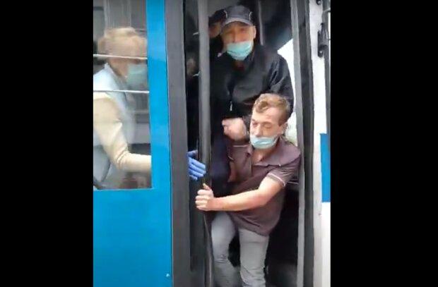 """Дніпрянин став інвалідом з вини водія тролейбуса - """"Переламав руки і викинув з салону"""""""