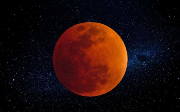 Луна начала испускать таинственный свет: что происходит