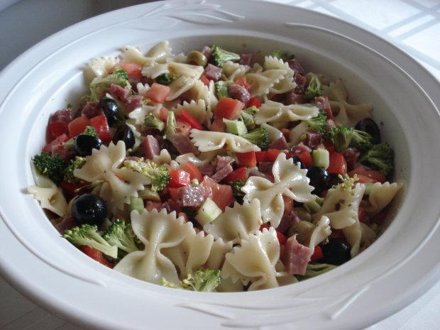 Грецький салат з макаронами: рецепт на всі випадки життя