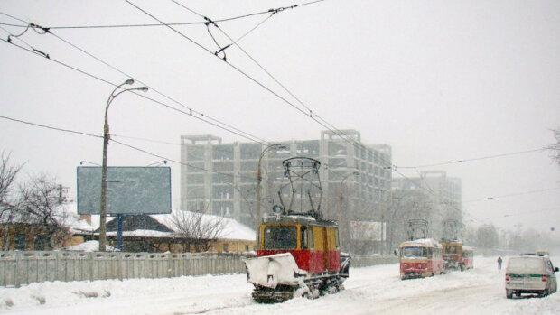 В Киеве трамвай сошел с рельсов, фото: Вечерний Киев