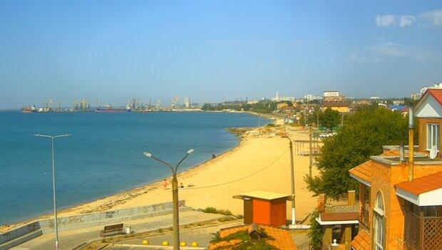 Туристи втекли з Азовського моря слідом за медузами, на пляжі - ні душі