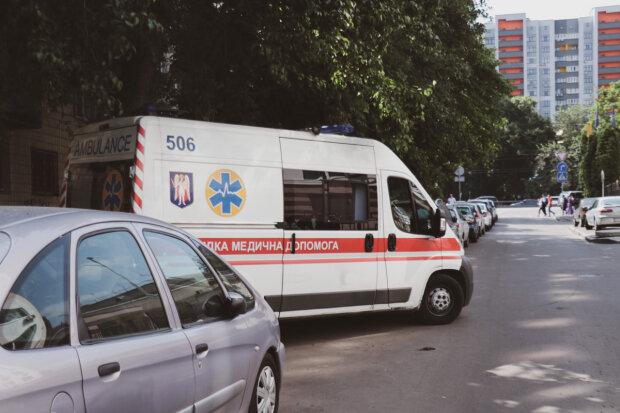 В Киеве малыш выпал из окна, пока мать валялась в пьяном коматозе: копы едва сдержались