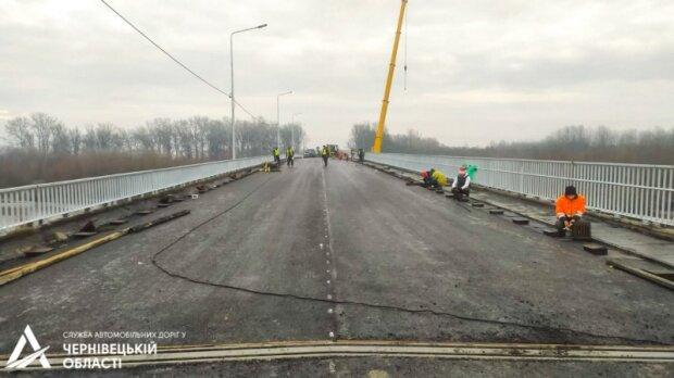 """Голова Чернівецької ОДА Осачук проїхався новеньким мостом і прозрів: """"Вип'ємо вина!"""""""