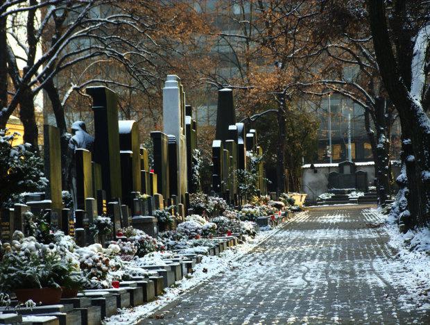 Головні прикмети на кладовищі: чому не можна озиратися і піднімати речі з землі