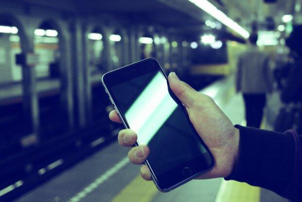 Смартфон у метро