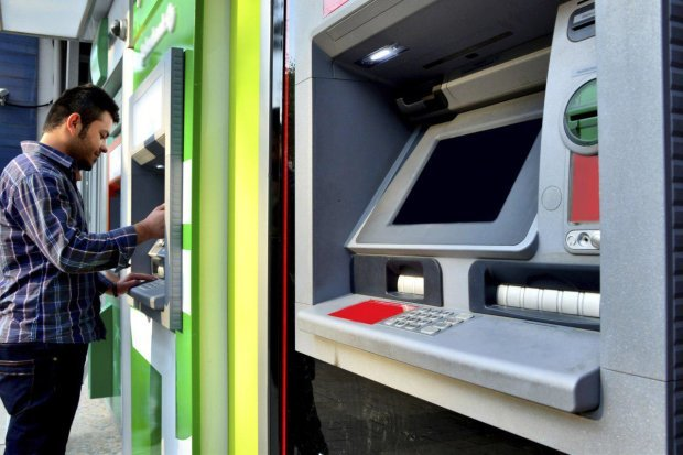 Украинцы смогут обменять валюту прямо в банкомате: как работает новая система
